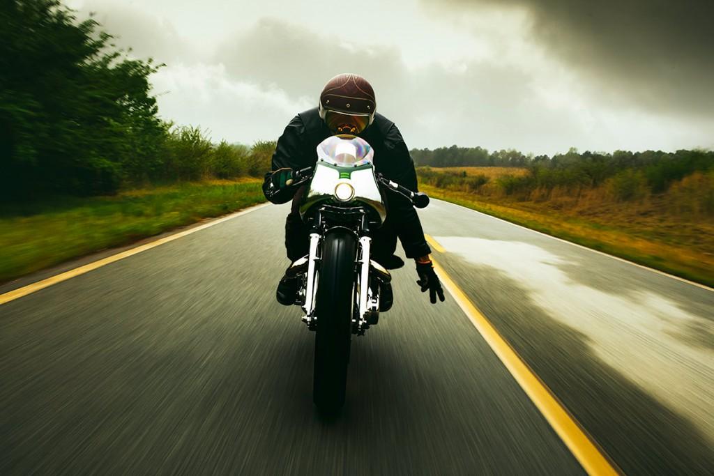 Norton commando par fuller moto, vue de face, pilote faisant le V motard