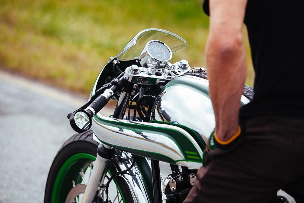 Norton commando par fuller moto, vue sur le réservoir et le poste de conduite.