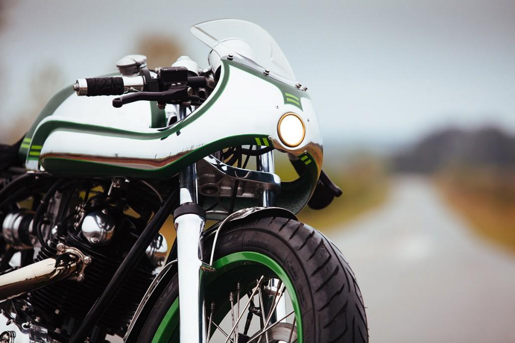 Norton commando par fuller moto, vue de 3/4 avant droit zoom sur la tête de fourche