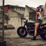 L'indienne sur la moto, vue de 3/4 gauche.
