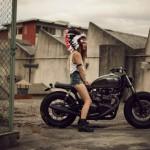 L'indienne sur la moto, vue de droite